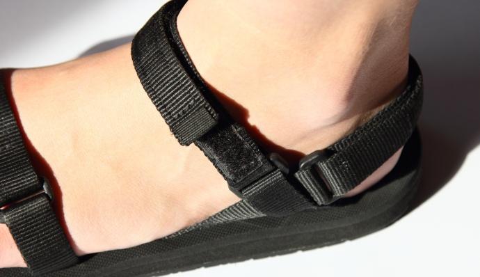 stopa-w-sandale-source
