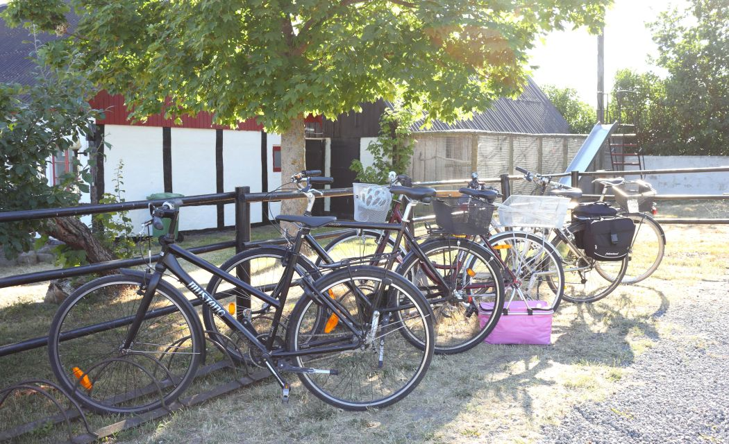 Stojaki rowerowe przed restauracją