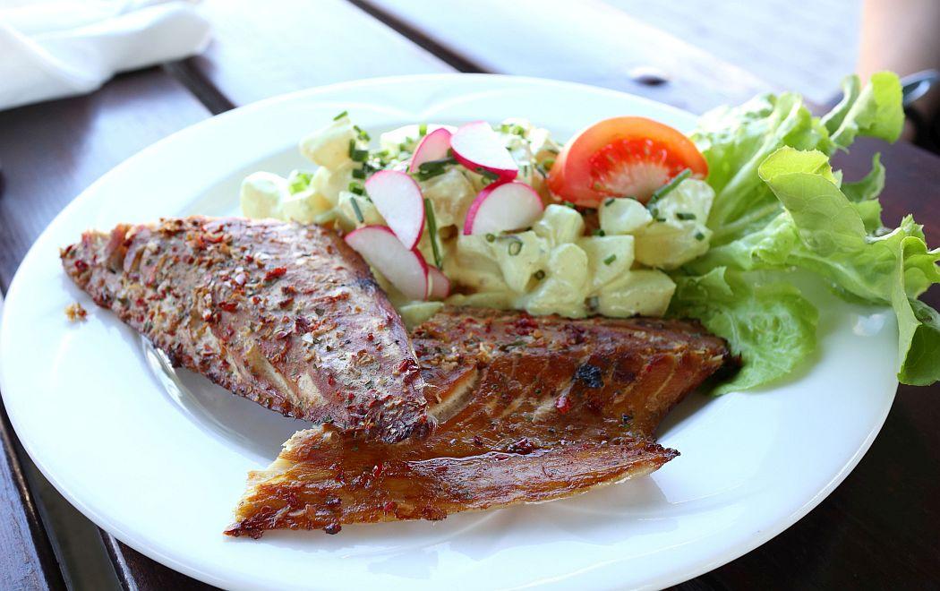 Wędzona makrela z sałatką ziemniaczaną