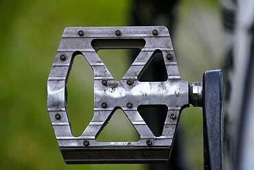 Jak odkręcić pedały w rowerze