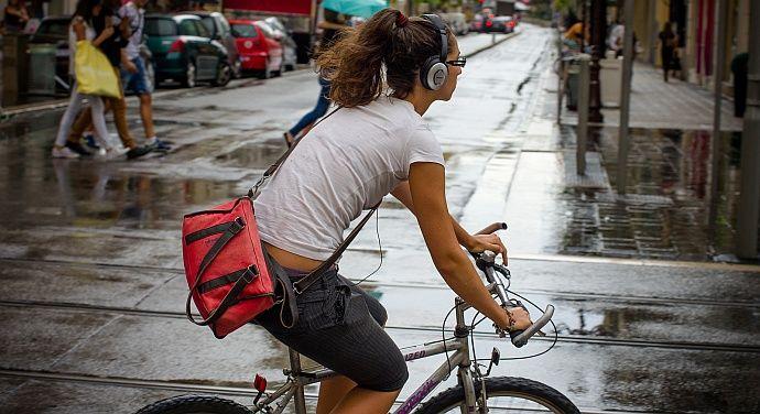 Jazda rowerem w słuchawkach
