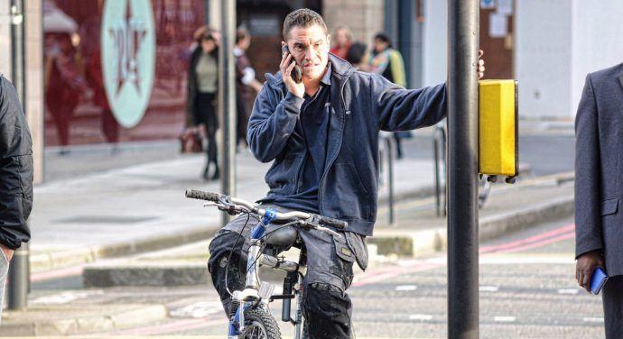 Rozmawianie przez telefon na rowerze