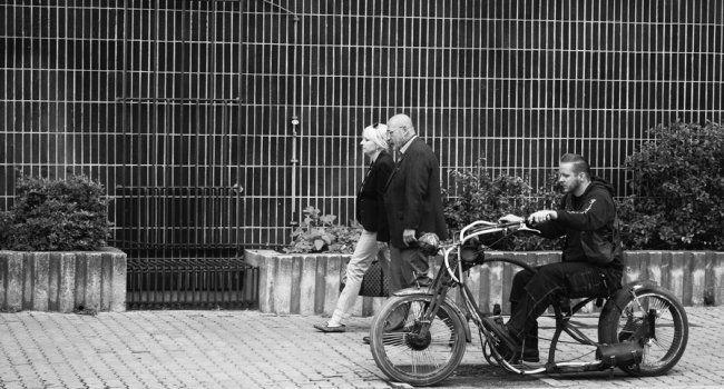 Piesi na chodniku dzwonek rowerzysty