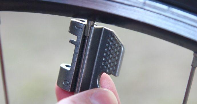 Dokręcanie szprych w rowerze