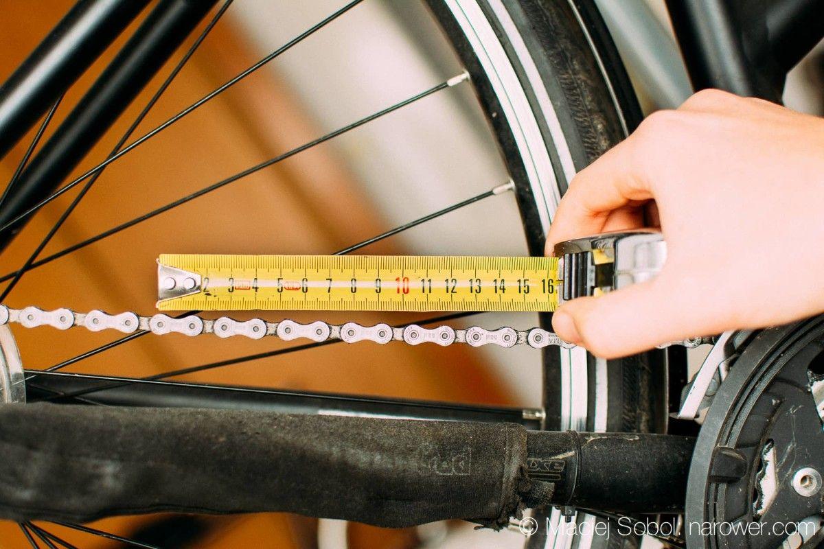 Kiedy wymienić łańcuch w rowerze? Mierzymy zużycie łańcucha rowerowego przymiar do łańcucha miarka