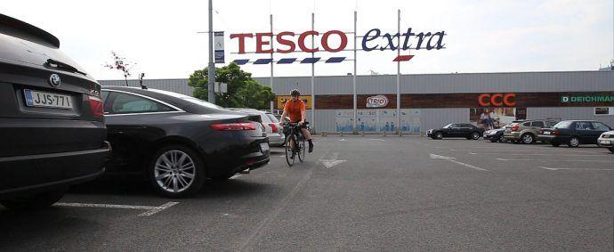 Cofanie na parkingu Tesco