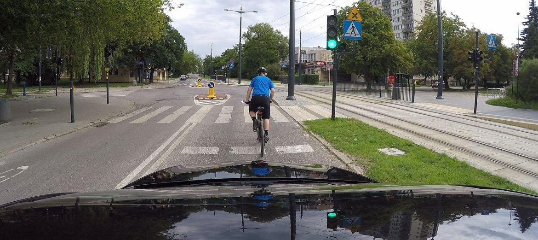 Jazda środkiem pasa przez skrzyżowanie